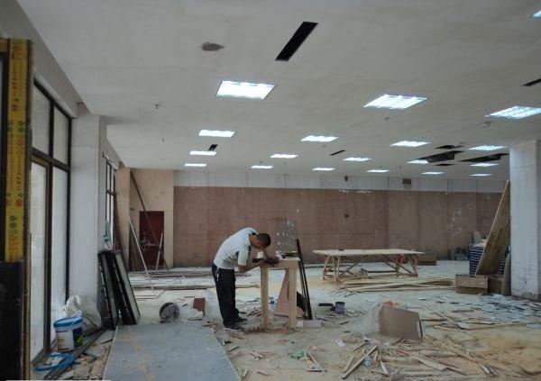 饰面板的安装方法主要有圆钉固定法和木螺钉固定法