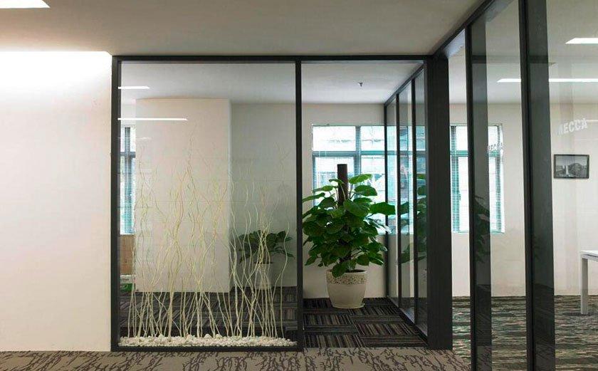 在厂房办公室装修装潢中,门窗是很重要的功能性装修项目,特别在梅雨季节,门窗的安全性能、防水性能等都显得尤为突出!而大风大雨对门窗的损伤也是非常大,那么为了让门窗更好的防雨,以及使用更长久,我们对门窗的选择就一定要严格进行。  厂房办公室装修如何选择门窗? 一、防雨看性能门窗选购要仔细 1, 门窗防风性能 门窗对防风的要求还是很高的,特别是高层住宅的窗户防风性更是重要。